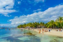 CANCUN, МЕКСИКА - 10-ОЕ ЯНВАРЯ 2018: Неопознанные люди плавая в mujeres красивых карибских isla пляжа с чистым Стоковое фото RF
