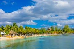 CANCUN, МЕКСИКА - 10-ОЕ ЯНВАРЯ 2018: Неопознанные люди плавая в mujeres красивых карибских isla пляжа в Мексике Стоковая Фотография