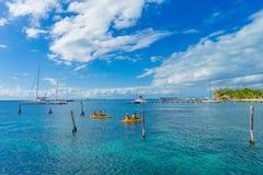 CANCUN, МЕКСИКА - 10-ОЕ ЯНВАРЯ 2018: Неопознанные люди полоща в их kayack в красивом карибском isla пляжа Стоковые Фотографии RF