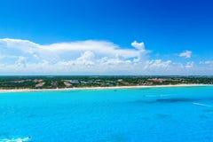 Cancun Мексика от ` s Cancun вида с птичьего полета приставает к берегу с гостиницами и морем бирюзы карибским Стоковое Изображение