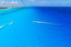 Cancun Мексика от ` s Cancun вида с птичьего полета приставает - парасейлинг к берегу Стоковые Фото
