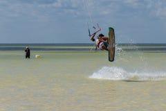 CANCUN, МЕКСИКА - 02/18/2018: Adrenalin Kitesurf стоковые фотографии rf