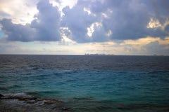 Cancun, México através do mar das caraíbas Foto de Stock