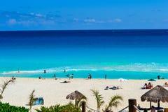 Cancun, México - 17 de febrero de 2017 gente que goza de la playa hermosa en Cancun imagenes de archivo