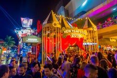 CANCUN, MÉXICO - 10 DE JANEIRO DE 2018: Povos não identificados fora em apreciar a vida noturna e em tomar imagens no centro Foto de Stock Royalty Free