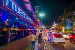 CANCUN, MÉXICO - 10 DE JANEIRO DE 2018: Povos não identificados fora no passeio e em tomar imagens no centro no ` s de Cancun Fotos de Stock Royalty Free