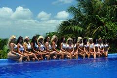 CANCUN, MÉXICO - 5 DE MAYO: Los modelos presentan por el borde de la piscina para el proyecto blanco de la camiseta Fotos de archivo libres de regalías