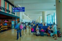 CANCUN, MÉXICO - 12 DE NOVEMBRO DE 2017: Povos não identificados que andam e que esperam nas cadeiras situadas no interior de Imagens de Stock