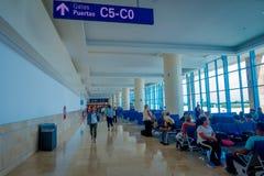 CANCUN, MÉXICO - 12 DE NOVEMBRO DE 2017: Povos não identificados que esperam nas cadeiras situadas no interior de Cancun Imagem de Stock