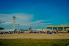 CANCUN, MÉXICO - 12 DE NOVEMBRO DE 2017: Vista exterior bonita dos aviões na pista de decolagem do aeroporto internacional de Can Imagem de Stock Royalty Free
