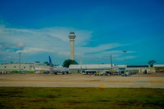 CANCUN, MÉXICO - 12 DE NOVEMBRO DE 2017: Vista exterior bonita dos aviões na pista de decolagem do aeroporto internacional de Can Imagens de Stock Royalty Free