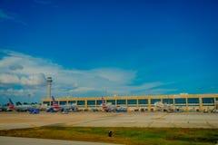 CANCUN, MÉXICO - 12 DE NOVEMBRO DE 2017: Vista exterior dos aviões na pista de decolagem do aeroporto internacional de Cancun em  Fotos de Stock Royalty Free