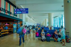 CANCUN, MÉXICO - 12 DE NOVIEMBRE DE 2017: Gente no identificada que camina y que espera en las sillas situadas en el interior de Imagenes de archivo