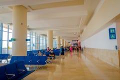 CANCUN, MÉXICO - 12 DE NOVIEMBRE DE 2017: Gente no identificada que espera en las sillas situadas en el interior de Cancun Fotografía de archivo libre de regalías