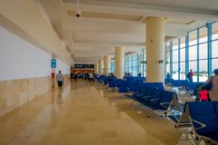 CANCUN, MÉXICO - 12 DE NOVIEMBRE DE 2017: Gente no identificada que espera en las sillas situadas en el interior de Cancun Fotografía de archivo