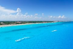 Cancun México do ` s de Cancun da opinião de olho de pássaros encalha com hotéis e o mar das caraíbas de turquesa fotografia de stock royalty free