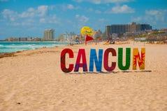 Cancun, Meksyk, inskrypcja przed Playa Delfines plażą Ogromni listy miasta imię fotografia stock