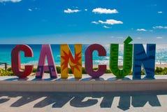 Cancun, Meksyk, inskrypcja przed Playa Delfines plażą Ogromni listy miasta imię obraz stock