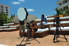 CANCUN MEKSYK, MAJ, - 05: Fotografowie przy pracy strzelaniną modelują outside dla białego koszulka projekta Zdjęcia Stock