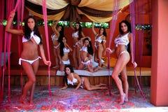 CANCUN MEKSYK, MAJ, - 05: Model poza outside dla białego koszulka projekta Zdjęcie Royalty Free