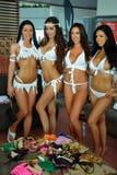 CANCUN MEKSYK, MAJ, - 05: Modele dostaje przygotowywający zakulisowego dla białego koszulka projekta Zdjęcia Royalty Free
