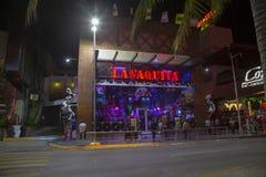CANCUN, MEKSYK - 05 2019 Styczeń: hotelowa strefa przy nocą, widok od laguny obraz stock