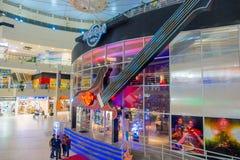 CANCUN MEKSYK, STYCZEŃ, - 22, 2015: Niezidentyfikowani ludzie chodzi wśrodku forum w Cancun hotelowej strefie są popularni Zdjęcie Royalty Free