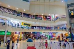 CANCUN MEKSYK, STYCZEŃ, - 22, 2015: Piękny salowy widok niezidentyfikowani ludzie chodzi wśrodku forum w Obrazy Royalty Free