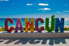 Cancun, Messico, iscrizione davanti alla spiaggia di Playa Delfines Lettere enormi del nome della città immagine stock