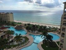 Cancun Mexicaanse Strand en oever: Toevlucht en hotel Stock Afbeeldingen