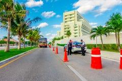 CANCUN, MEXICO - JANUARI 10, 2018: De openluchtmening van een auto van politie met twee politieagenten in de weg bij gaat binnen  Stock Afbeelding