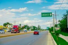 CANCUN MEXICO - JANUARI 10, 2018: Den utomhus- sikten av huvudvägen som ska skrivas in till den Cancun zonen med ett informativt, Arkivbild