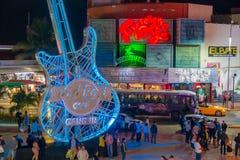CANCUN MEXICO - JANUARI 10, 2018: Det oidentifierade folket på det fria av Hard Rock Cafe i Cancun på forumet centrerar in Royaltyfria Foton