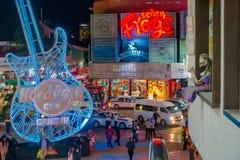 CANCUN MEXICO - JANUARI 10, 2018: Det oidentifierade folket på det fria av Hard Rock Cafe i Cancun på forumet centrerar in Arkivfoton