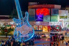 CANCUN MEXICO - JANUARI 10, 2018: Det oidentifierade folket på det fria av Hard Rock Cafe i Cancun på forumet centrerar in Royaltyfri Fotografi