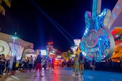 CANCUN MEXICO - JANUARI 10, 2018: Det oidentifierade folket på det fria av Hard Rock Cafe i Cancun på forumet centrerar in Royaltyfri Bild