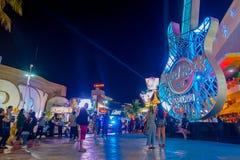CANCUN MEXICO - JANUARI 10, 2018: Det oidentifierade folket på det fria av Hard Rock Cafe i Cancun på forumet centrerar in Royaltyfria Bilder