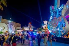 CANCUN MEXICO - JANUARI 10, 2018: Det oidentifierade folket på det fria av Hard Rock Cafe i Cancun på forumet centrerar in Arkivbilder
