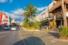 CANCUN MEXICO - JANUARI 10, 2018: Det oidentifierade folket på det fria som tycker om hotellet för Cancun ` s, zonplanerar att om Arkivbild