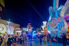 CANCUN MEXICO - JANUARI 10, 2018: Folkmassa av folk som tycker om utelivet på det fria av Hard Rock Cafe i Cancun på Royaltyfri Fotografi