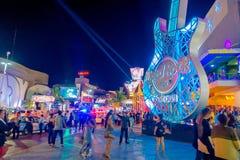 CANCUN MEXICO - JANUARI 10, 2018: Folkmassa av folk som tycker om utelivet på det fria av Hard Rock Cafe i Cancun på Royaltyfri Foto