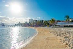 CANCUN MEXICO - JANUARI 10, 2018: Härlig utomhus- sikt av den vita sandstranden av det karibiska havet i Cancun Mexico med Arkivfoto