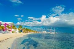 CANCUN MEXICO - JANUARI 10, 2018: Härlig utomhus- sikt av den vita sandstranden av det karibiska havet i Cancun Mexico med Fotografering för Bildbyråer