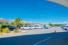 CANCUN MEXICO - JANUARI 10, 2018: Härlig utomhus- sikt av många bilar som parkeras i ett parkeringsområde på skriva in av Cancun Arkivbild