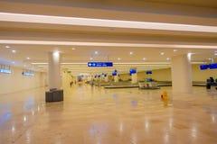 CANCUN MEXICO - JANUARI 10, 2018: Inomhus sikt av den tomma insidan för bagageområde av Cancun den internationella flygplatsen Arkivbilder