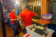 CANCUN MEXICO - JANUARI 10, 2018: Inomhus sikt med två män som lagar mat typisk mexicansk mat i en restaurantat som lokaliseras p Arkivfoto