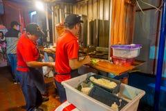CANCUN MEXICO - JANUARI 10, 2018: Inomhus sikt med två män som lagar mat typisk mexicansk mat i en restaurantat som lokaliseras p Arkivfoton