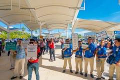 CANCUN MEXICO - JANUARI 10, 2018: Oidentifierat folk med skylten med namn av turisten som ankom till airorten Arkivbilder