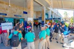 CANCUN MEXICO - JANUARI 10, 2018: Oidentifierat folk med skylten med namn av turisten som ankom till airorten Arkivfoton