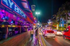CANCUN MEXICO - JANUARI 10, 2018: Oidentifierat folk på det fria som går och tar bilder på mitten i Cancun ` s Royaltyfri Foto